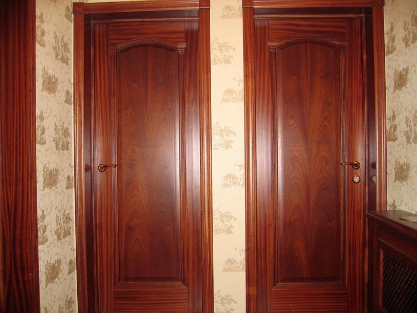 Деревяные межкомнатные двери из красного дерева